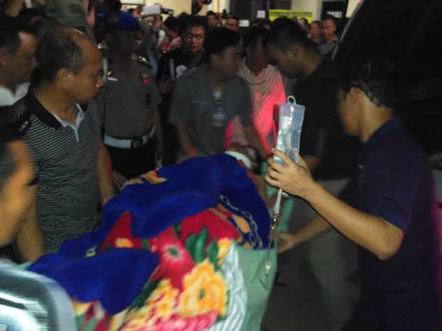 Korban luka tembak Aiptu Bambang, saat akan dirujuk kerumah sakit Polri di Jakarta. | Andi Apriyadi/Jejamo.com