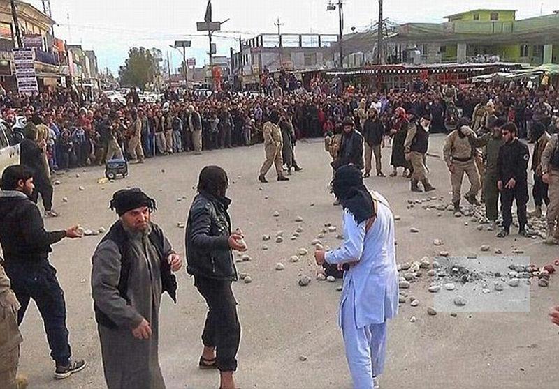 Keadaan di lokasi ketika para anggota ISIS selesai melakukan prosesi eksekusi rajam. | dailymail.com