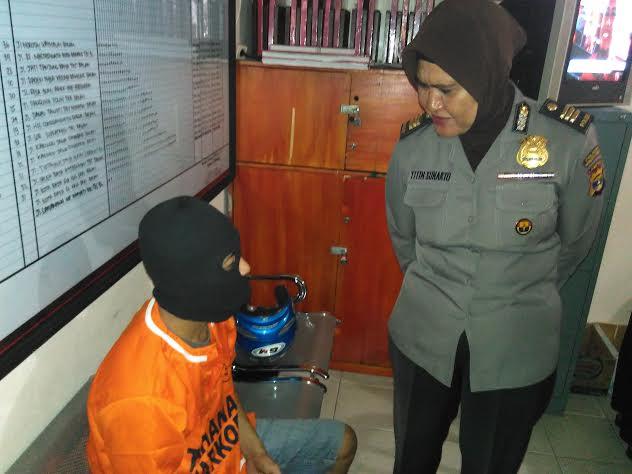 Kasubag Humas Polresta Bandar Lampung AKP Titin Maezunah, mengintrogasi tersangka pengedar sabu. Saat ekspose di Mapolresta Bandar Lampung. Senin, 22/2/2016. | Andi Apriyadi/Jejamo.com
