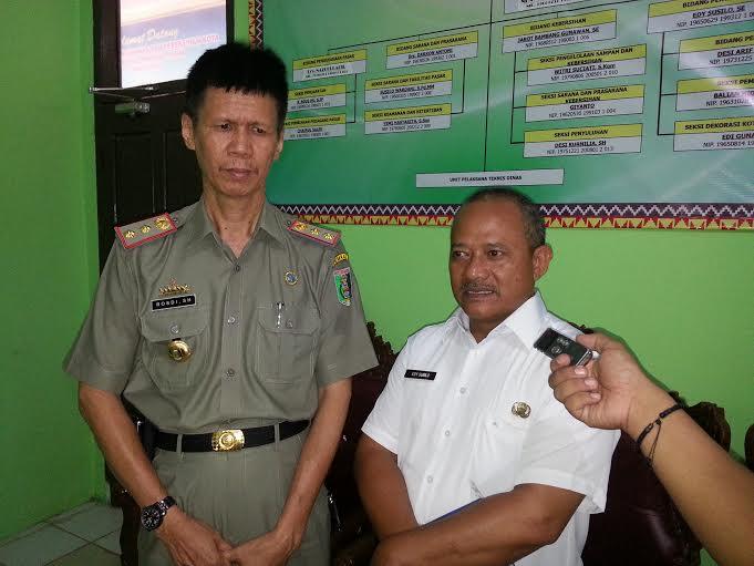 Kepala Dinas Pasar dan Pertamanan Kabupaten Lampung Timur, Rosdi (kiri). | Parman/Jejamo.com