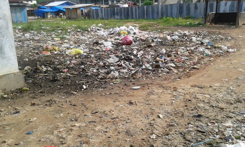 Sampah berserakan di pasar Merapi Lampung Tengah menimbulkan kesan semrawut dan bau tak sedap. | Adrian Arlambang/Jejamo.com