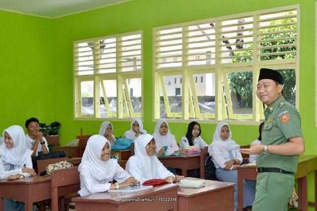 Aksi Bupati Lampung Utara H. Agung Ilmu Mangkunegara saat sidak di SMA Negeri 3 Kotabumi. | Prika/Jejamo.com
