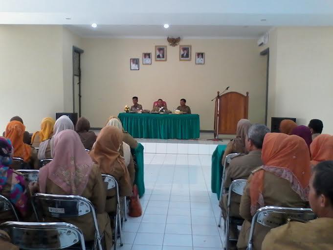 Pj. wali kota Bandar Lampung Sulpakar memberikan pengarahan kepada pengawas, penilik, dan pejabat pendidikan, Selasa, 9/2/2016. | Sigit Sopandi/Jejamo.com