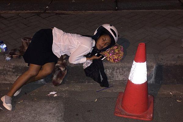 Saking Lelahnya, Tara Basro Tidur di Trotoar Saat Syuting