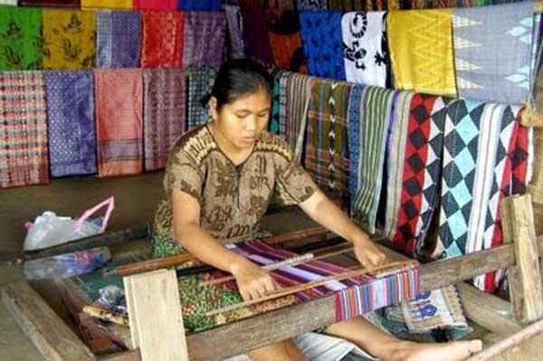 Nasib Perajin Tenun Indonesia Jauh dari Sejahtera