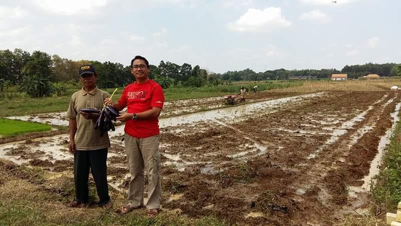 Kepala Dinas Pertanian, Perikanan dan Kehutanan Kota Metro Yerri Ehwan, di lahan Poktan Srimentani yang berpotensi menghasilkan padi hingga hortikultura. | Tyas Pambudi/Jejamo.com