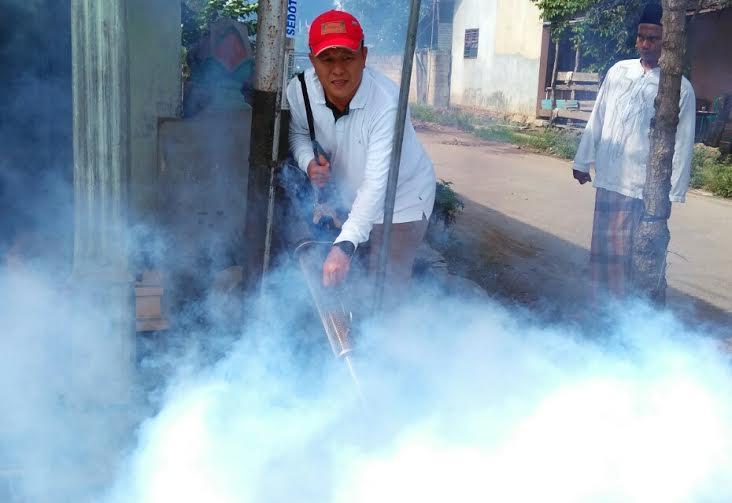 Bupati Lampung Tengah Mustafa mengoperasikan alat fogging | Raeza/jejamo.com