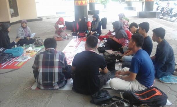 Kelas menulis FLP Bandar Lampung di kompleks Unila, MInggu, 27/3/2016. | Ist
