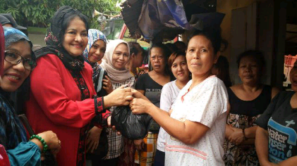Ikatan Wanita Sulawesi Selatan Beri Bantuan Korban Banjir di Telukbetung