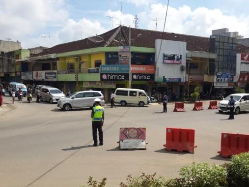 Mulai hari ini diberlakukan sistem satu jalur di sejumlah ruas jalan Kabupaten Pringsewu. | Nur Kholik/Jejamo.com