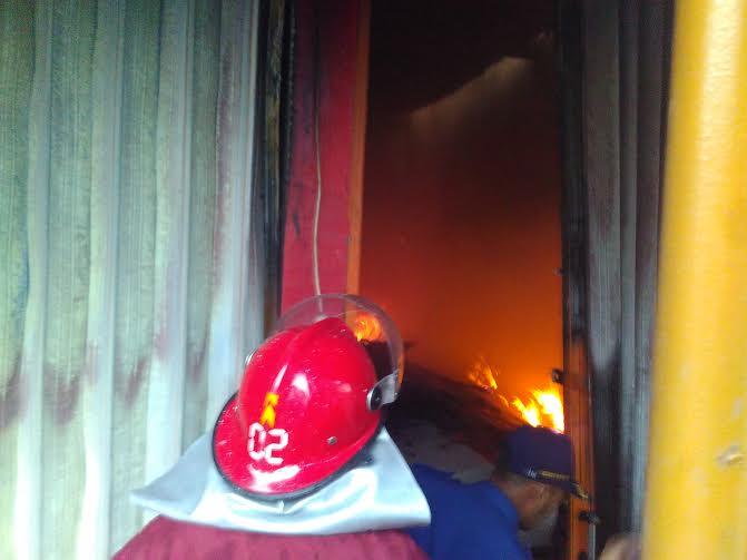 Kebakaran melahap sebuah toko bahan bangunan di Jalan Pangeran Senopati, Desa Jatimulyo, Kecamatan Jatiagung, Lampung Selatan, selasa sore, 22/3/2016 | Andi/jejamo.com