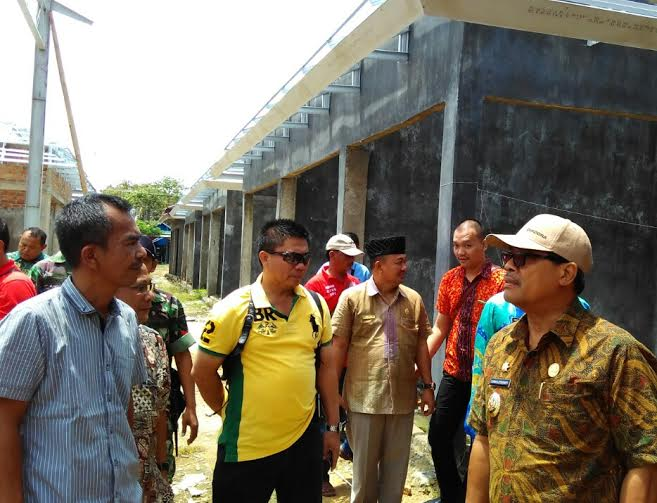 Wakil Bupati Lampung Tengah (batik hijau) bersama Asosiasi Pasar Seputihmataram, dan uspika kecamatan setempat, saat berada di lokasi pasar yang belum selesai pembangunanya | Raeza/jejamo.com