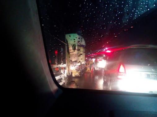 Arus lalu lintas kendaraan di Jalan Raya Gadongtataan, Pesawaran, macet panjang akibat banjir, Kamis malam, 31/3/2016 | Adian/jejamo.com