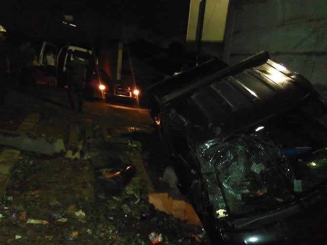 ebuah mobil Daihatsu Grandmax warna hitam dengan pelat nomor BE 9420 BJ remuk setelah dihantam kereta api batu bara rangkaian panjang (babaranjang) di perlintasan kereta api di Gang Hai Payakun, Jalan Gatot Subroto, Telukbetung Selatan, Bandar Lampung, Rabu malam, 23/3/2016 | Andi/jejamo.com