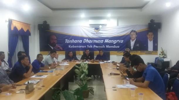 Plt Ketua DPW Partai NasDem Taufik Basari (tengah) bersama Sekretaris DPW Nasdem, Fauzan Sibron(paling kanan) dan Ketua Dewan Pertimbangan Wilayah DPW Nasdem, Zamzani Yasin (paling kiri) saat diwawancarai media di Kantor DPW NasDem, Jalan A. Yani, Bandar Lampung, Kamis 24/3/2016 | Tama/jejamo.com