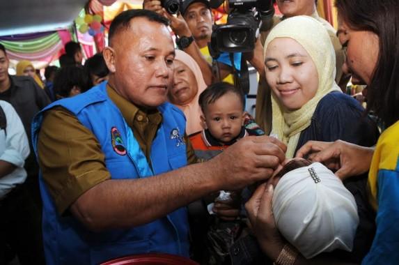 Wakil Bupati Lampung Selatan Nanang Ermanto melakukan penetesan vaksin polio pada pencanangan Pekan Imunisasi Nasional (PIN) Polio Tingkat Kabupaten Lampung Selatan di Balai Desa Kecapi, Kecamatan Kalianda, Selasa, 8/3/3016. | Heri Fulistiawan/Jejamo.com
