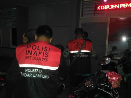 Petugas Inafis Polresta Bandar Lampung sedang memasuki LP Rajabasa Bandar Lampung, Jumat malam, 18/3/2016. | Andi Apriyadi/Jejamo.com