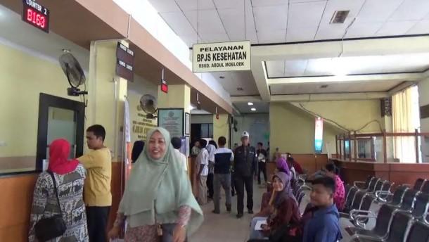 Sejumlah Pasien Sedang mendaftarkan diri untuk berobat menggunakan kartu BPJS Kesehatan | Sigit/jejamo.com