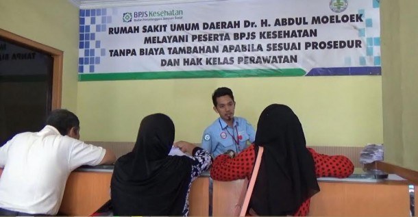 Pasien pengguna BPJS sedang melakukan pendaftaran untuk berobat di RSUD Abdul Moeloek | Sigit/jejamo.com