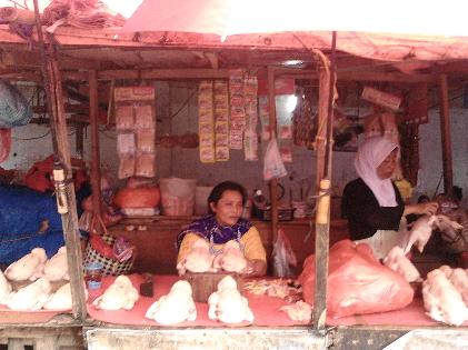 Pedagang ayam di Pasar Pasirgintung, Bandar Lampung. Harga ayam melonjak Rp3.000 per kilogram, Selasa, 8/3/2016. | Sugiono/Jejamo.com