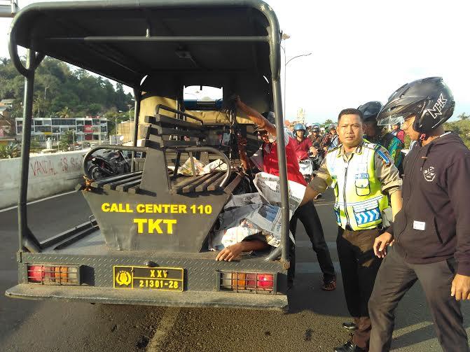 Polisi membawa jenazah korban kecelakaan di Flyover Gajah Mada ke RSUD Abdul Moeloek dengan menggunakan mobil patroli Polsekta Tanjungkarang Timur | Andi/jejamo.com