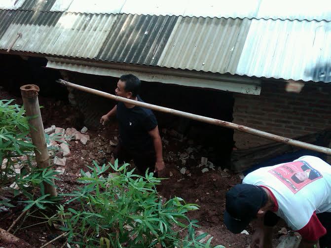 Rumah warga Di Jalan Sentot, Gang Masjid, Rt 02, Lingkungan 02, Kelurahan Ketapang, Kecamatan Panjang terkena longsor | Andi/jejamo.com