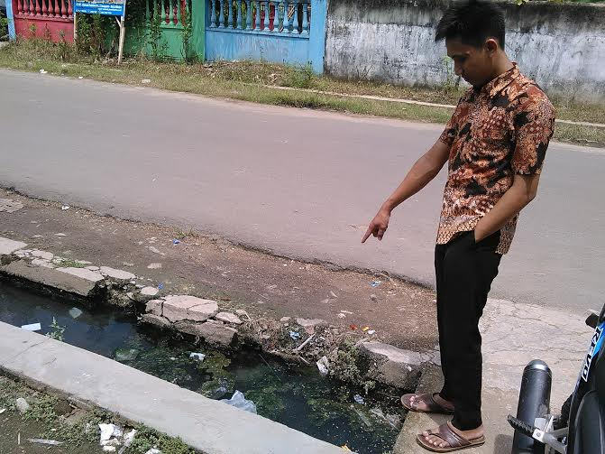 Saluran pembuangan air yang mampet, di komplek Lapangan Kampus atau di seberang Kantor Kecamatan Metro Timur | Tyas/jejamo.com