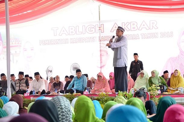 KH Ustadz M Subki Al-Bughury memberikan tausiyah | Lia/jejamo.com