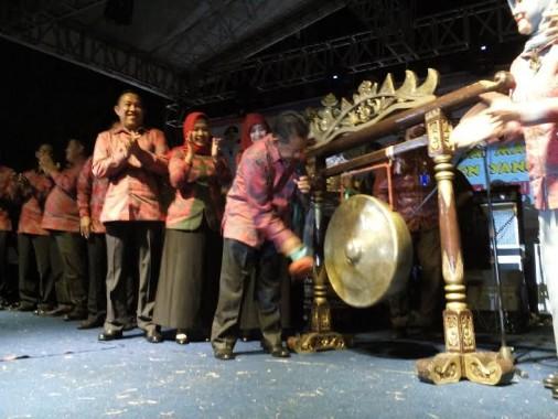 Wakil Bupati Fauzi Hasan memukul gong | Buhairi/jejamo.com