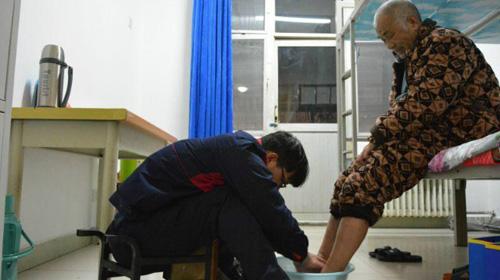 Sambil Kuliah, Mahasiswa Ini Rawat Ayahnya yang Lumpuh