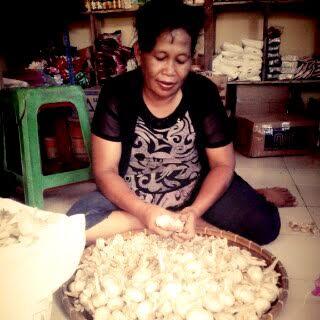 Mur, penjual bawang putih di pasar Mulyo Asri Lampung Utara. | Rengki/Jejamo.com