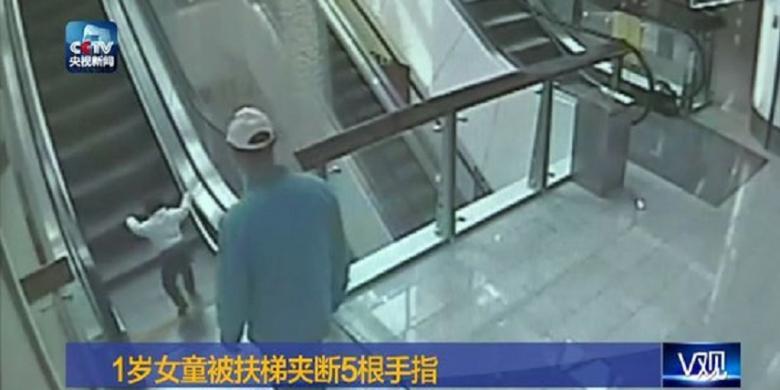 Momen saat bayi terjepit eskalator di china yang terjadi di depan kakeknya. | Ist.