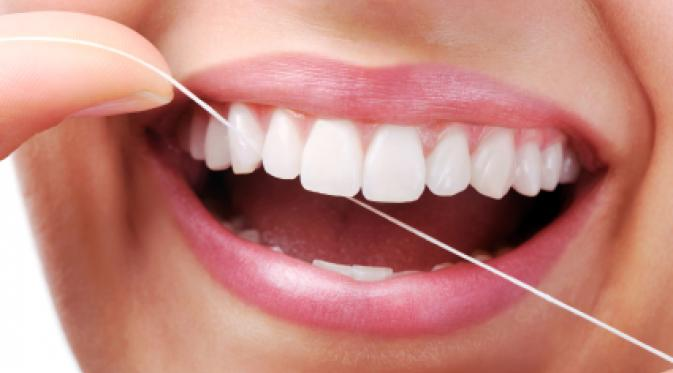 Sikat Gigi Saja Tak Cukup, Bersihkan Gigi dengan Benang