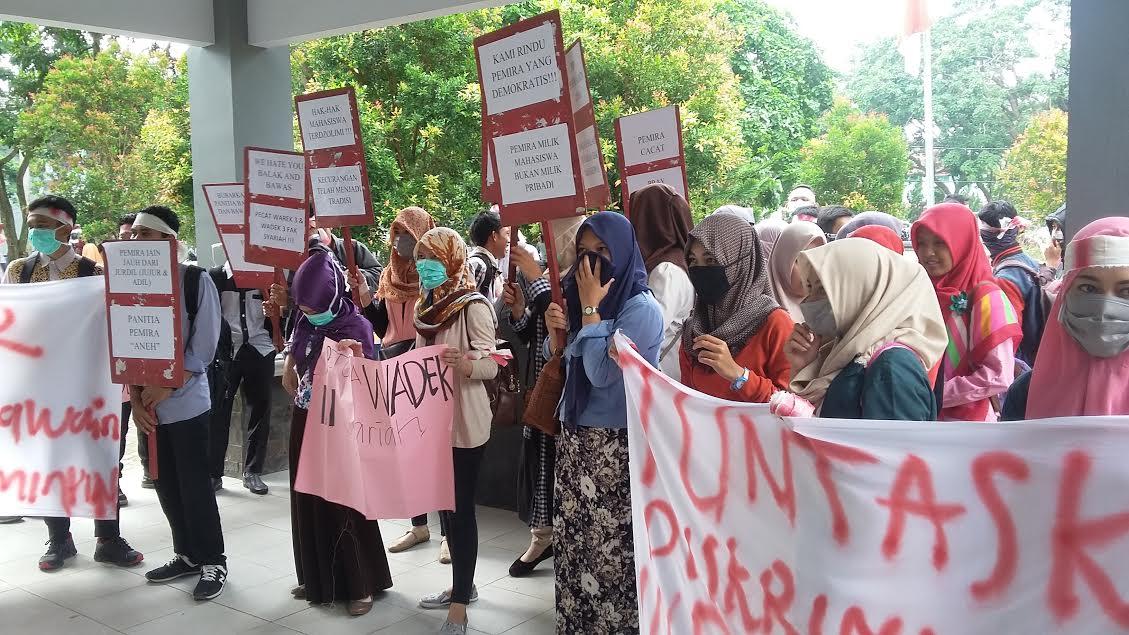 Mahasiswa IAIN yang tergabung dalam Aliansi Penyelamat Transparansi Demokrasi Syariah dan Febi saat menggelar aksi demo di depan gedung Fakultas IAIN Raden Intan Bandar Lampung, Senin 14/3/2016. | Arif/Jejamo.com