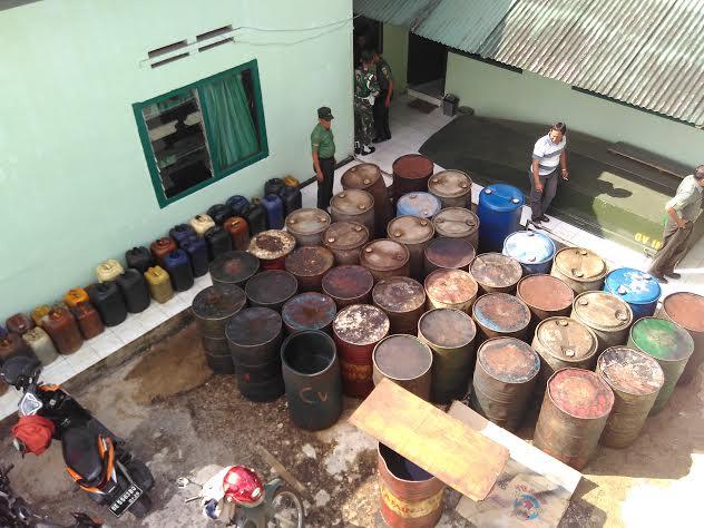 Puluhan drum berisi minyak ilegal disita Unit Intel Kodim 0410/Kota Madya Bandar Lampung di salah satu rumah warga. | Andi/Jejamo.com