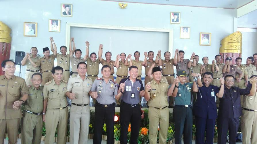 Bupati dan wakil bupati Lampung Timur foto bersama gubernur Lampung dan sejumlah SKPD setempat.