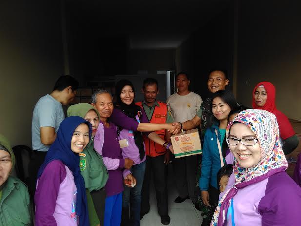 Komunitas Giving Friday Lampung memberikan bantuan kepada korban banjir yang diserahkan melalui pos bantuan, Jumat, 18/3/2016. | Andi/Jejamo.com