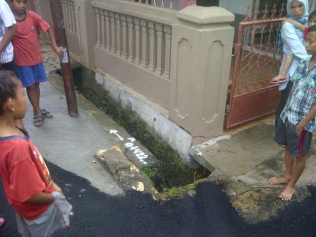 Warga menunjukan gorong-gorong tempat kejadian hanyutnya M.Agung Prasoko di perumahan Taman Blora Indah, Kemiling, Bandar Lampung, Sabtu, 5/3/2016. | Arif/Jejamo.com