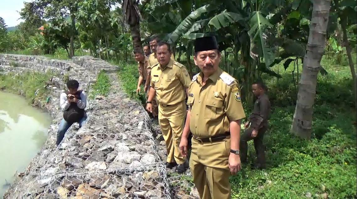 Wali Kota Bandar Lampung, Herman HN, tinjau proyek brojong normalisasi sungai di Way Keteguhan. | Sigit Jejamo/Jejamo.com