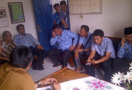 Humas Pemkab Lampung Utara didampingi Satpol PP saat menyambangi kantor PWI setempat, Kamis, 17/3/2016. | Lia/Jejamo.com