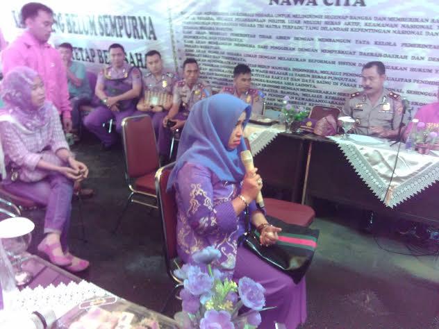 Tenti Rosalia, ibu dari saah satu tersangka pembunuhan Dwiki Dwi Sopyan saat melapor ke Kapolda Lampung, Kamis, 10/3/2016. | Andi/Jejamo.com