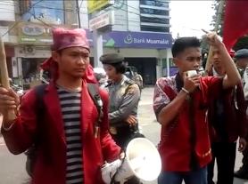 Aksi demo mahasiswa yang tergabung dalam IMM di kantor PLN Bandar Lampung, Kamis, 17/3/2016. | Arif/Jejamo.com