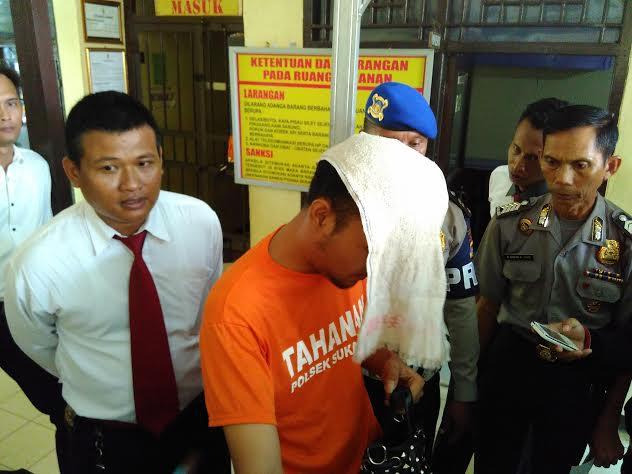 Aprision, pelaku penjambretan hanya bisa menundukkan kepala saat digelandang di Polsekta Sukarame Bandar Lampung, Selasa, 15/3/2016. | Andi/Jejamo.com
