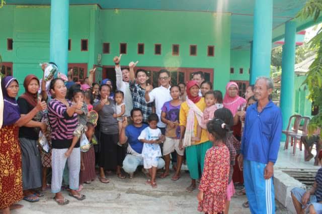 Bakal Calon Kepala Daerah Mesuji, M. Junaidi (baju putih) foto bersama Warga Desa Buko Poso saat sosialisasi. | Arif/Jejamo.com