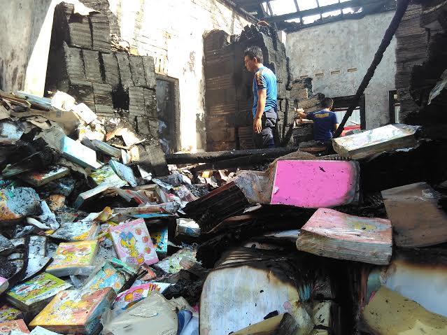 Kebakaran gudang buku di Jalan Tanjung, Kelurahan Rawa Laut, Kecamatan Enggal, Bandar Lampung, Kamis 31/3/2016. | Andi/Jejamo.com