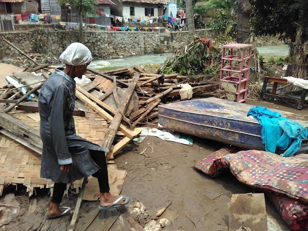 Giving Friday Lampung Bagikan 800 Nasi Bungkus Korban Banjir Kali Belau