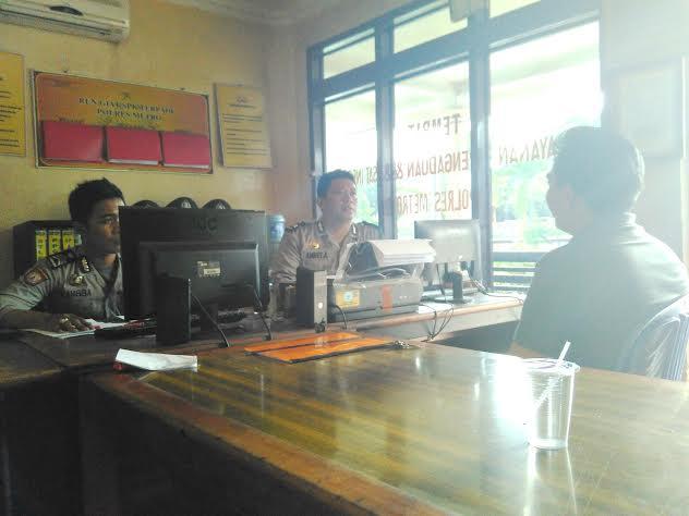 AR, saat melaporkan Erwan Sujana yang merupakan anggota Polri Polres Tulang Bawang, kepada pihak berwajib, Sabtu, 5/3/2016. | Wahyu/Jejamo.com