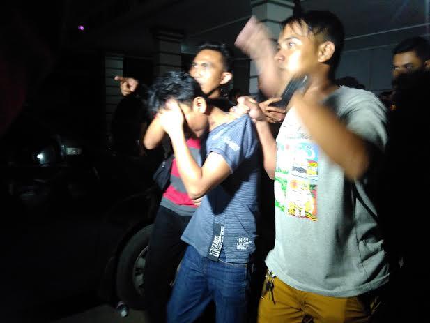Anggota Polisi saat sedang membawa para saksi keluar dari lapas Rajabasa Bandar Lampung. | Andi/Jejamo.com