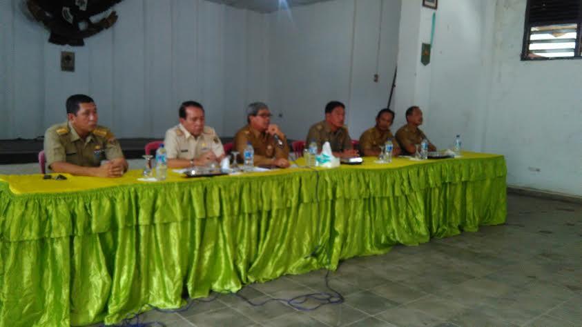 Wakil Bupati Lampung Tengah, Loekman Djoyosoemarto saat memberikan pengarahan dalam pembangian SPPT PBB di Kelurahan Bandarjaya Barat. | Raeza/Jejamo.com