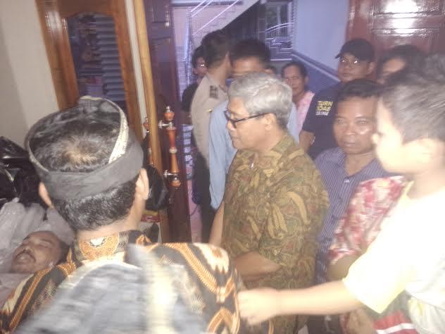 Wakil Bupati Lampung Tengah, Loekman Djoyosoemarto saat berada di rumah duka SB 17 Kecamatan Seputihbanyak, Kabupaten Lampung Tengah. | Raeza/Jejamo.com